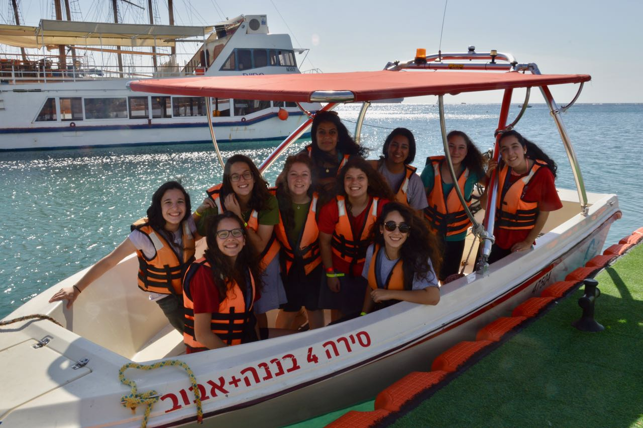 בנות בסירה בים סוף