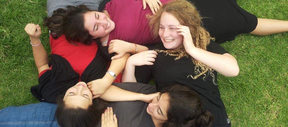 תלמידות אור תורה בנות על הדשא