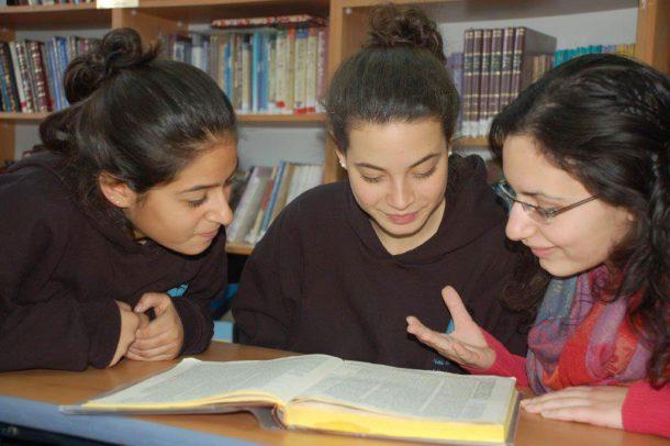 בנות לומדות גמרא במדרשה